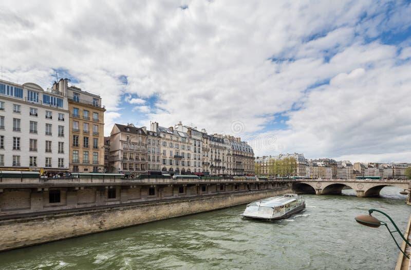 Paris Frankrike 30th April 2013: Seine River och Bateau Mouche i Paris, Frankrike arkivfoton