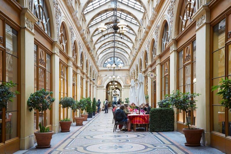 Paris Galerie Vivienne, passage med restaurangen fotografering för bildbyråer