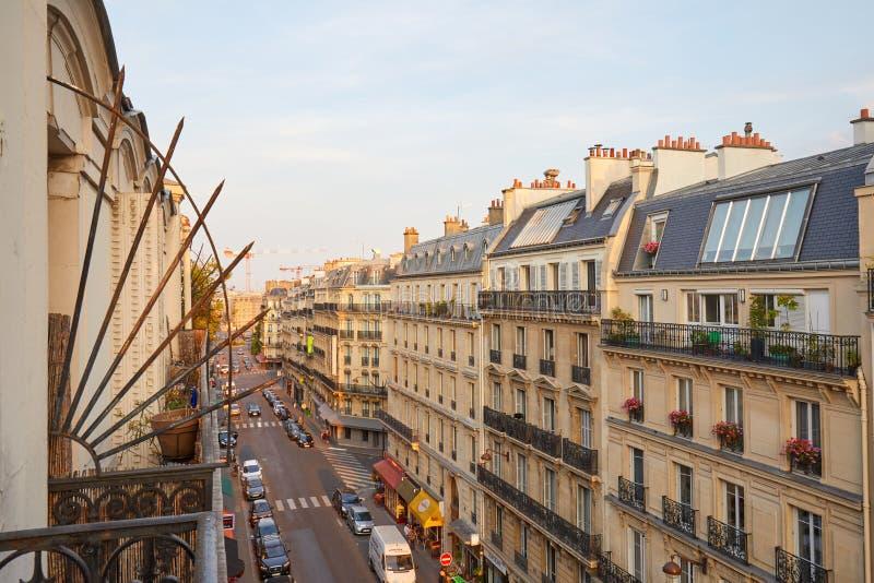 Paris gata och forntida byggnader som ses från balkong i en varm solnedgång i Frankrike royaltyfri bild