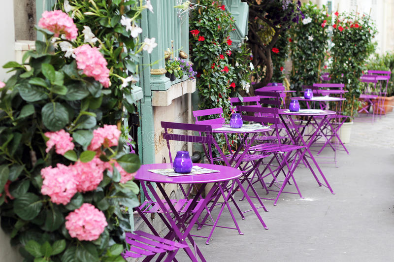 Paris gatakafé med ljusa tabeller royaltyfria bilder