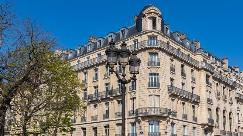 Paris h?rlig byggnad i Maraisen royaltyfria foton