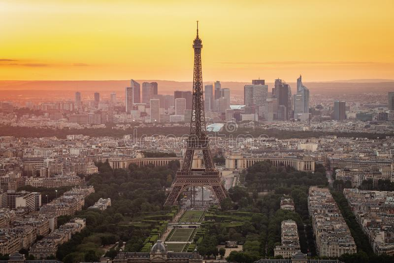 Paris horisont med Eiffeltorn på solnedgången i den Paris staden, Frankrike arkivbild