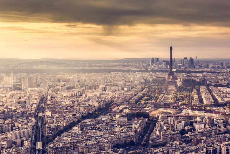 Paris, horizon de Frances au coucher du soleil Tour Eiffel dans la lumière d'or romantique photo libre de droits