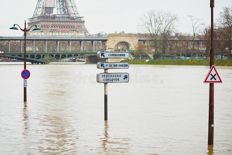 PARIS - JANUARI 25: Paris flod med extremt högt vatten på Januari 25, 2018 i Paris arkivfoto
