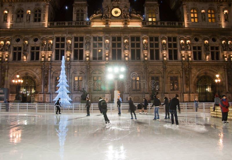 PARIS-JANUARY 9 :巨大的露天溜冰场和照亮旅馆de ville在1月9,2012的晚上在巴黎 免版税图库摄影