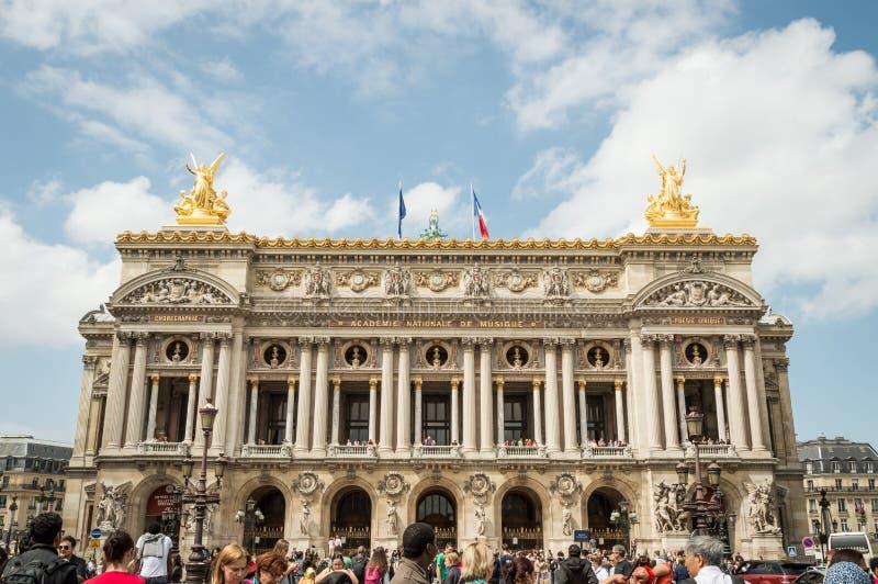 Paris - Juli 11th 2014: Fasad av operan Garnier som trängas ihop med turister royaltyfria bilder