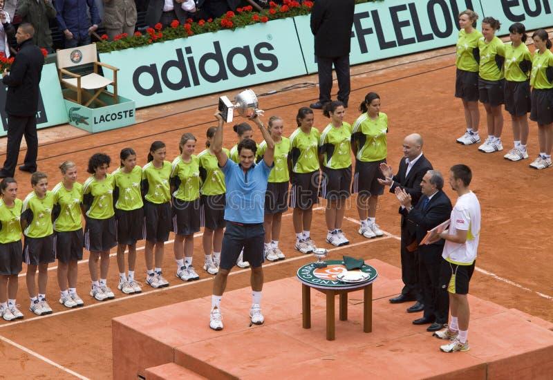 PARIS - JUNHO 7: Roger Federer com copo imagem de stock royalty free