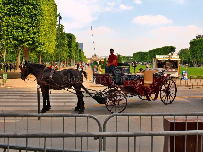 Das Pferd und der Wagen nahe Eiffelturm. Paris. Frankreich. 20. Juni 2012 stockbilder