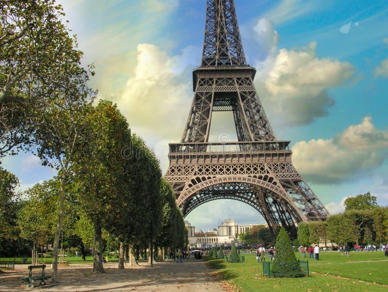 Paris, La-Ausflug Eiffel. Sommersonnenuntergang über Stadt berühmtem Turm lizenzfreies stockbild