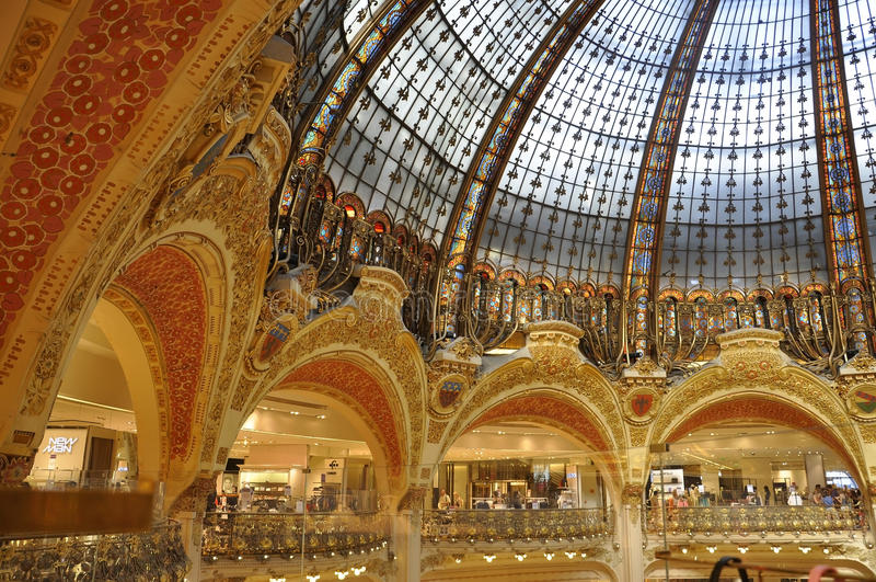 Paris, le 15 juillet : Intérieur de Lafayette Magasin de Paris dans les Frances photo stock