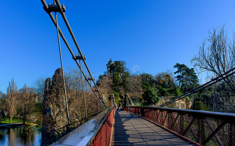 Paris - le pont suspendu - DES Buttes Chaumont de Parc photographie stock libre de droits