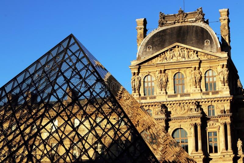 Paris Louvre, Couren Napoléon Aile Turgot och pyramiden, på en solig nedgångeftermiddag arkivbilder
