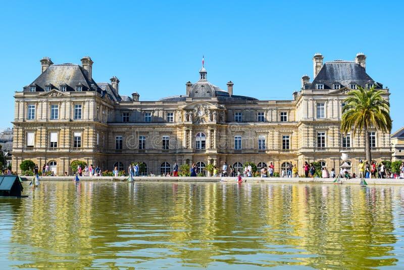 Paris Luxembourg slott och trädgårdar i sommar fotografering för bildbyråer