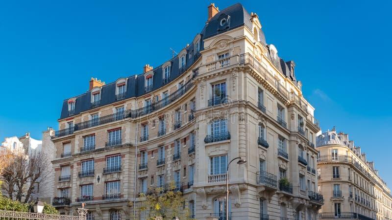 Paris lyxiga byggnader arkivfoto