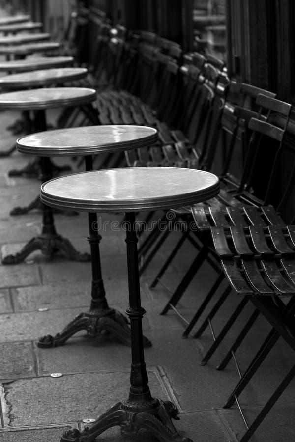paris mali stoły restauracyjni uliczni obrazy royalty free
