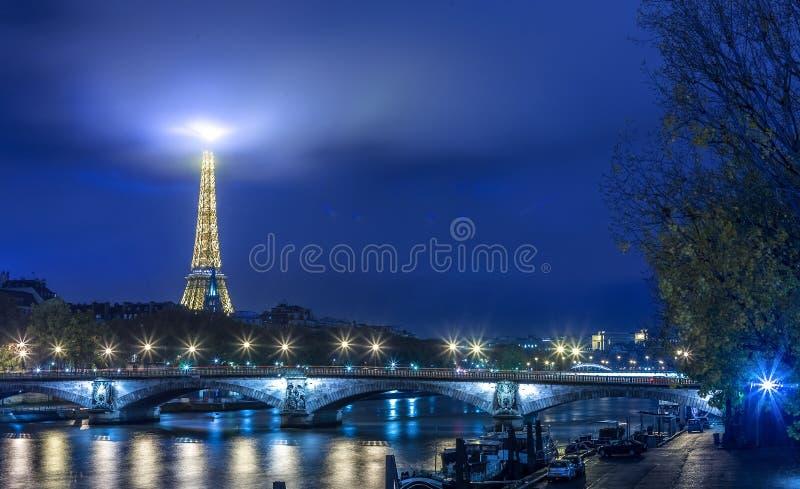 Paris, Nachtstadt beleuchtet Ansicht stockbilder