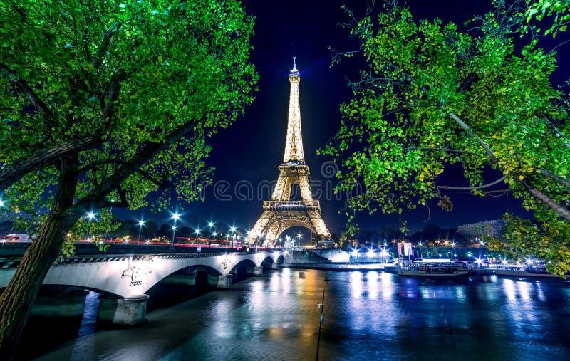 Paris-Nachtstadtbild Eiffelturmlichtshow auf der Seine stockfoto