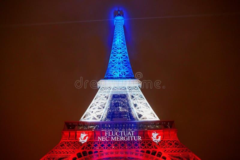 PARIS - 16 NOVEMBRE : Tour Eiffel illuminé avec des couleurs du drapeau national français le jour du deuil le 16 novembre 2015 images libres de droits