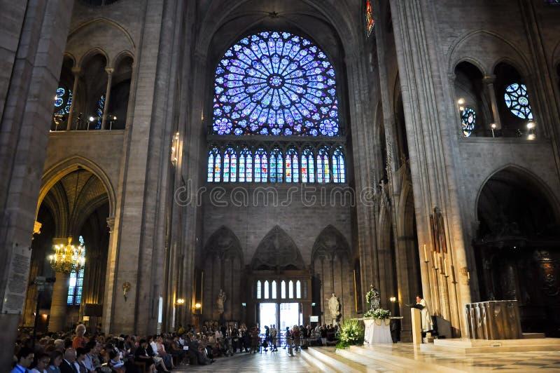 PARIS O 15 DE AGOSTO: Interior da catedral de Notre-Dame em Paris, França o 15 de agosto de 2012 fotos de stock