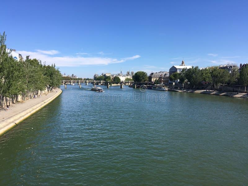 Paris och trevlig Seina flod med Notre-Dame royaltyfri fotografi