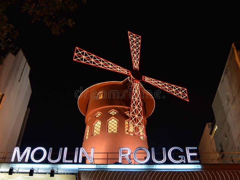 PARIS - OKTOBER 29: Den Moulin rougen vid natt, på Oktober 27, 2012 i Paris, Frankrike Moulin rouge är en berömd kabaret som bygg royaltyfri foto