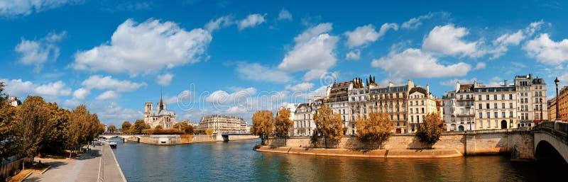 Paris panorama över floden Seine med den Notre-Dame domkyrkan i fa royaltyfri bild