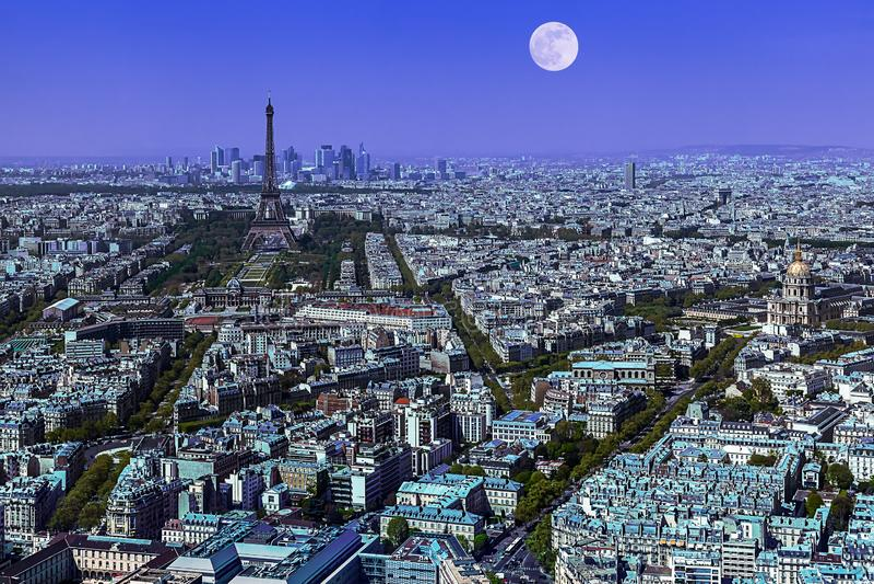 Paris panorama i bl?tt royaltyfria foton