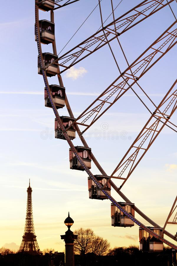 Paris pariserhjulgondoler och Eiffeltornkontur från stället de la Concorde under skymning royaltyfri foto