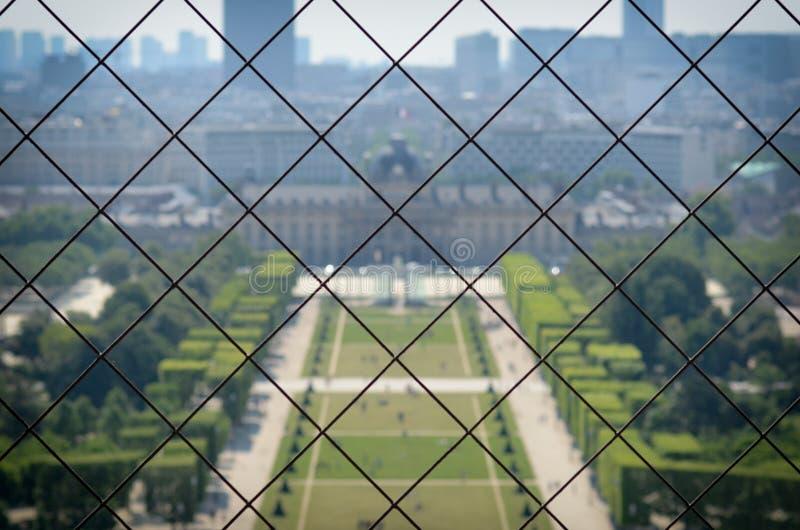 Paris-Park angesehen vom Hoch oben durch das Stahlfechten stockfotografie