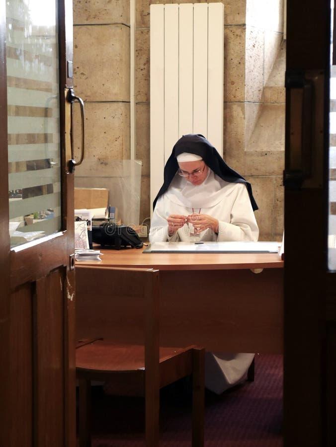 Paris 6 Parvis Notre-Dame - Pl Jean-Paul II, Notre Dame Cathedral, December 20, 2018 Nunna som sitter på tabellen arkivfoto