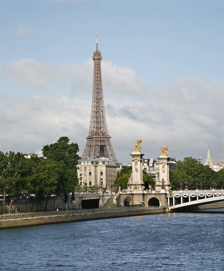 Paris - passerelle de Tour Eiffel et d'Alexandre III photos stock