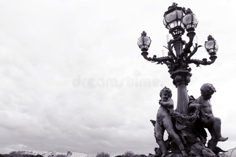 Paris, pont de Pont Alexandre III, lampe fleurie images stock