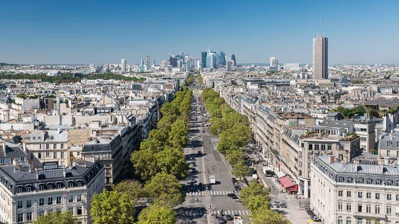 Paris - Porte Maillot och affärsområdet av La Défense från Arc de Triomphe royaltyfria bilder
