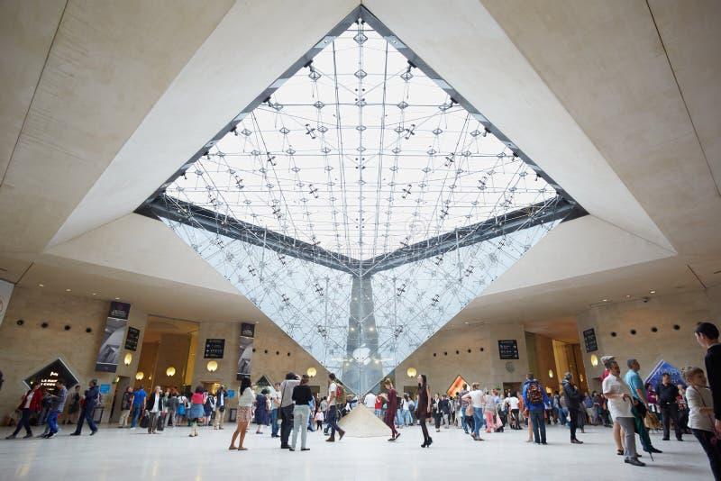 Paris pyramide invers e dans le centre commercial de for Interieur pyramide