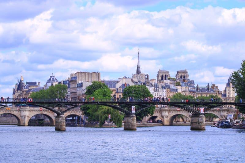 Paris quai de Seine france 16 Juni 2019 arkivfoto