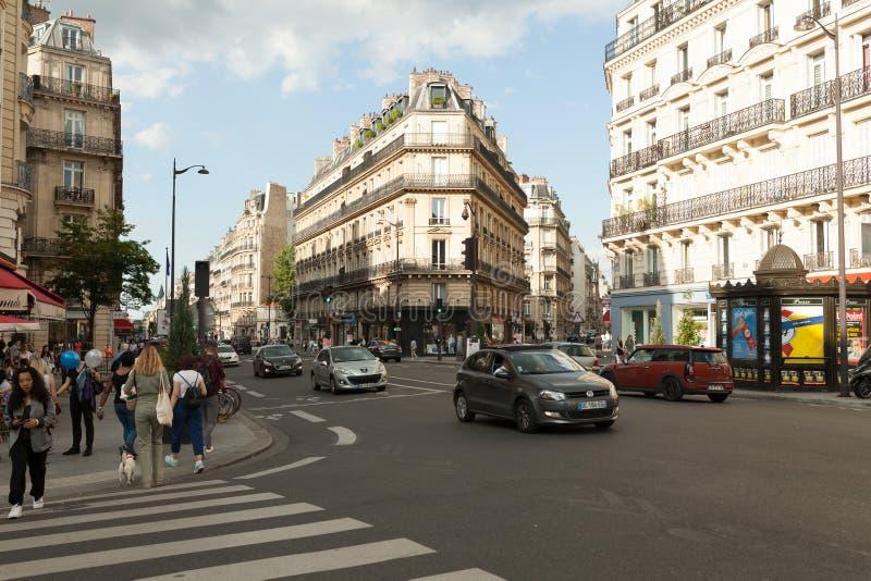 Paris, rues de Frances le 2 juin 2018 du secteur central de la ville de Paris pendant l'été Passants et touristes avec photographie stock libre de droits