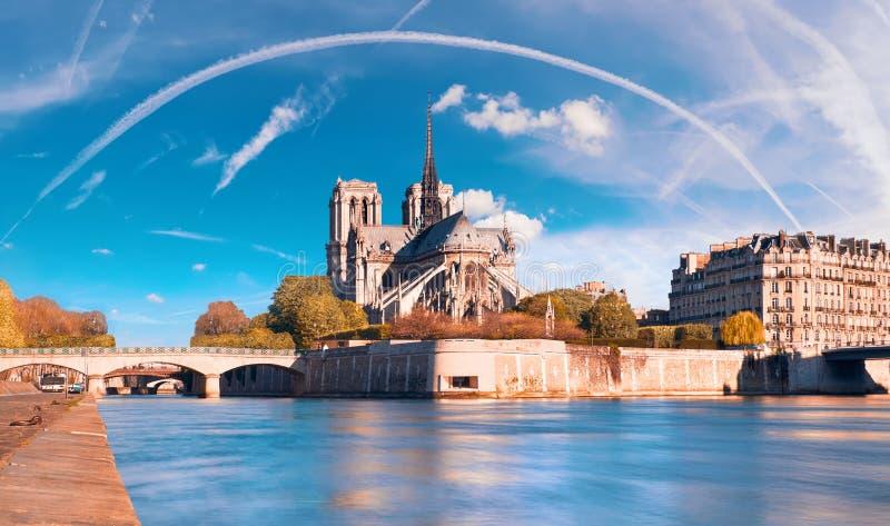 Paris sikt över floden Seine med den Notre-Dame domkyrkan arkivbild