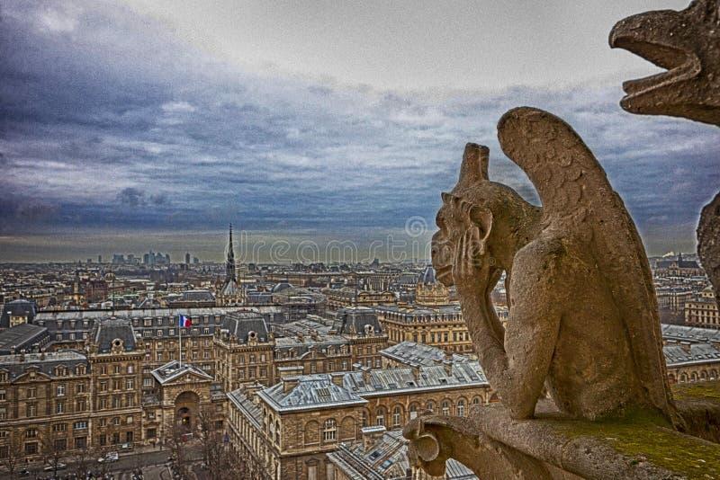 Paris sikt från Notre Dame - konstnärlig sikt med drama royaltyfri bild