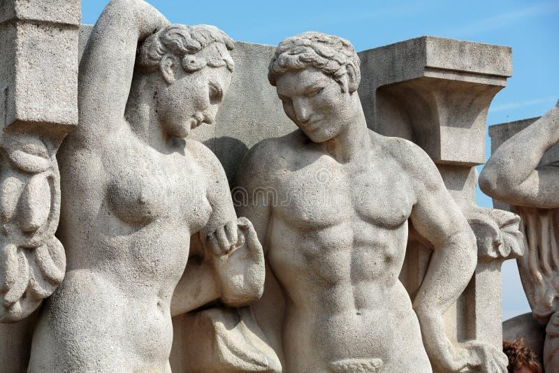 Paris - skulpturerna på Tracadero royaltyfri fotografi