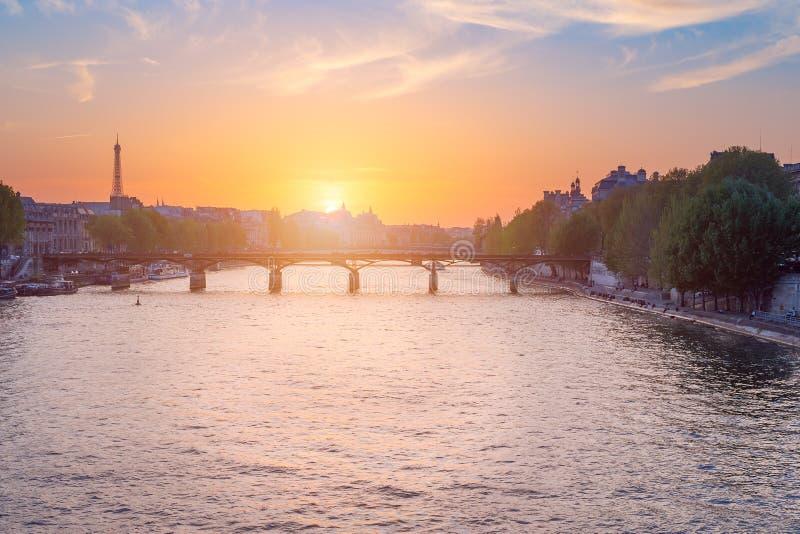 Paris-Skyline bei Sonnenuntergang mit Fluss die Seine im Vordergrund stockfotografie