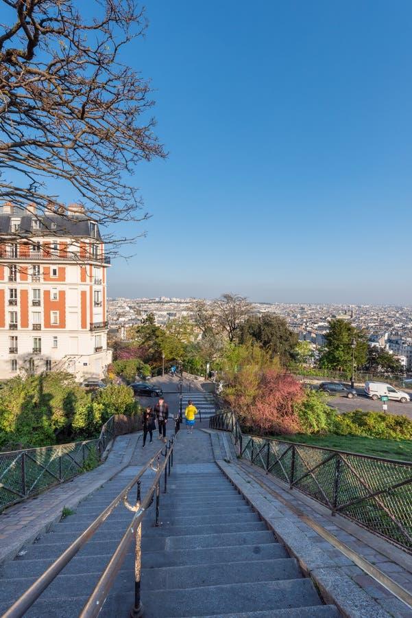 Paris-Skylinevogelperspektive mit Treppe im Vordergrund von Montmartre-Hügel lizenzfreie stockfotos