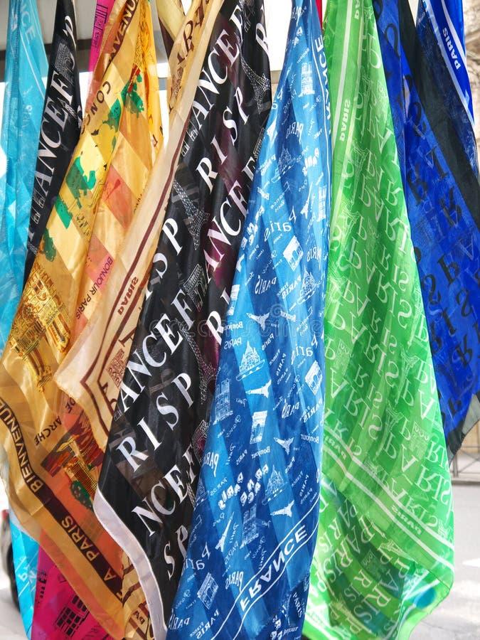 Paris souvenirScarves som hänger till salu närbild royaltyfria foton