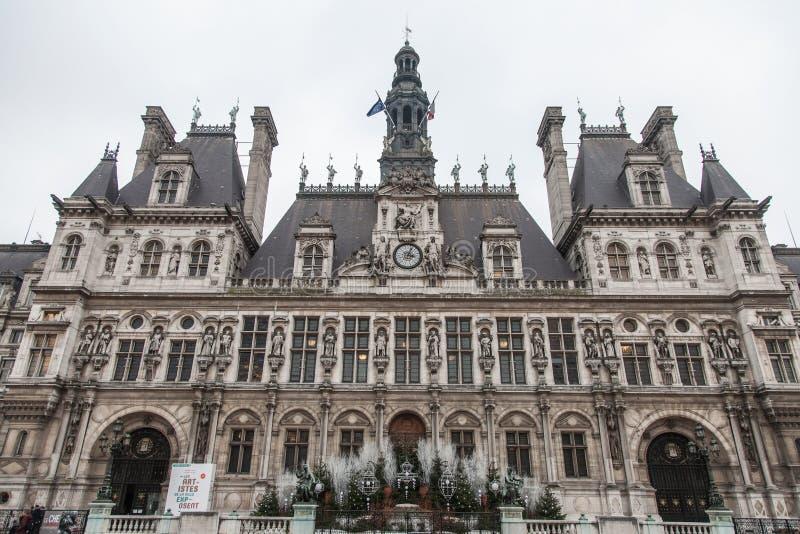 Paris stad Hall Hotel de Ville som tas i vinter under en molnig eftermiddag Stadshuset är värd den Paris regeringen royaltyfri foto