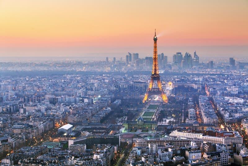 Paris stad med Eiffeltorn på skymning, cityspace fotografering för bildbyråer