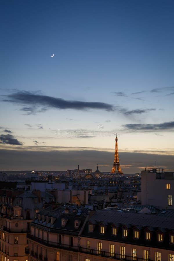 Paris-Stadtbild bei Sonnenuntergang über Dachspitzen stockfotos