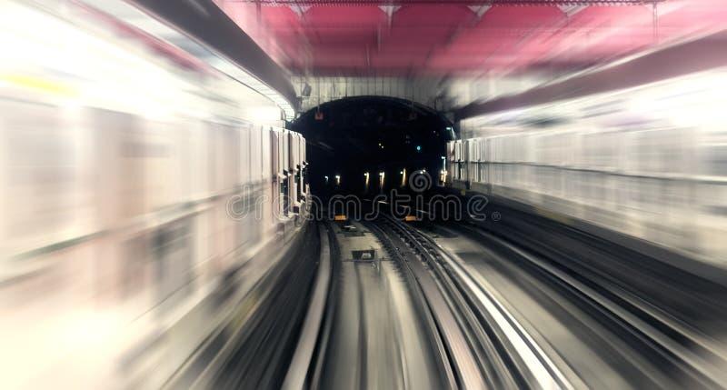 Paris, station de métro souterraine de ville, traînée de tache floue de mouvement de rail photos stock