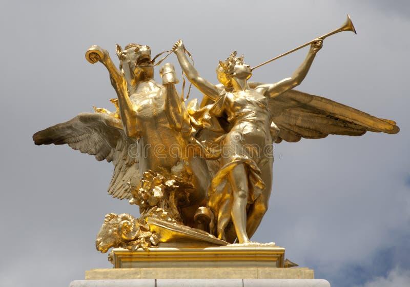 Paris - statue d'or de passerelle d'Alexandre III photographie stock libre de droits