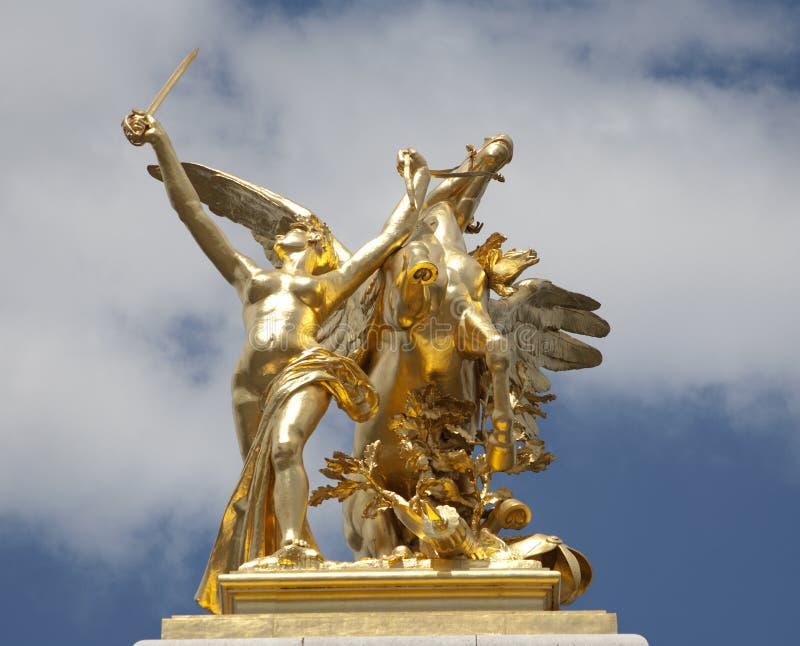 Paris - statue d'or de passerelle d'Alexandre III photographie stock