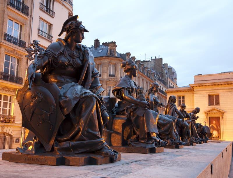 Paris - Statue von Vorzügen lizenzfreies stockfoto