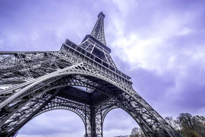 paris Szenische Ansicht von unten des Eiffelturms Purpurroter Himmel stockfotos